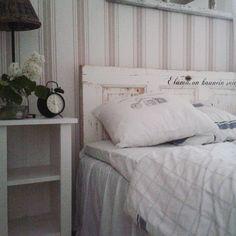 Unia♥good night♥ #goodnight #sleepwell #hyvääyötä #nukuhyvin #syreeni #sängynpääty #vanhaovi #diy#yöpöytä #miehentekemä #rivieramaison