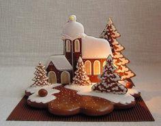 Mézeskalács művészet   Mosolyszendvics Gingerbread Village, Christmas Gingerbread House, Gingerbread Cake, Cookies Fondant, Royal Icing Cookies, Cupcake Cakes, Christmas Cupcakes, Christmas Desserts, Christmas Baking