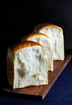 Milk toast - the most moist, stringy, tender, creamy and chewy white Japanese bread seriously.this bread is the best. Challah, Japanese Bread, Japanese White Bread Recipe, Japanese Bakery, Japanese Food, Bread Bun, Bread Toast, Yummy Food, Tasty