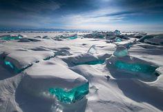 Lago Baikal, Rússia. No sul da Sibéria, é o lago com mais água doce no mundo. Está congelado até março, altura em que as temperaturas quebram a superfície e formam estes fragmentos turquesa.