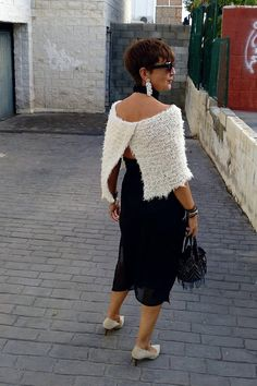 Amazing winter outfit with a wool wrap. I love the look for the back. Over 50 stylish women Knitted Capelet, Knitted Poncho, Christmas Party Outfits, Style Boho, Wedding Wraps, Edgy Outfits, Rock Outfits, Couple Outfits, Thanksgiving Outfit