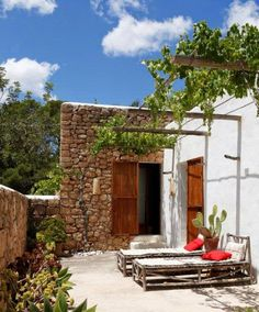Si unas vacaciones en Ibiza son todo un lujo, imagino hacerlo en esta fantástica casa rehabilitada desde una antigua casa payesa de la isla ...