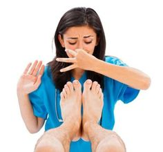 To get rid of foot odor, read here why do feet smell? Knowing causes will make it easy to figure out the best steps to get rid of smelly feet fast at home. Teeth Whitening Remedies, Natural Teeth Whitening, Natural Beauty Tips, Natural Cures, Fresco, Cracked Heel Remedies, Peroxide Uses, Foot Odor, Home Remedies