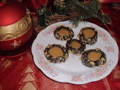 http://pasiunilealynei.wordpress.com/retete/prajituri/biscuiti-piscoturi-fursecuri/chocolate-turtle-cookies-fursecuri-broscute-de-ciocolata/