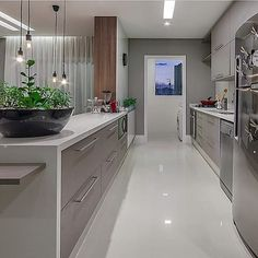 Em leitura contemporânea, design valoriza cozinha aberta integrando ambientes…