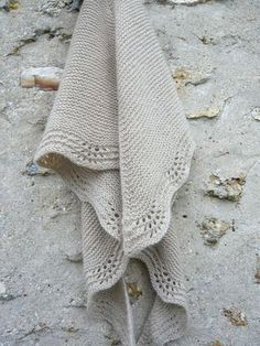 tricot - le tuto du shawl en mousse et vagues. I am mildly obsessed with this shawl. Thinking about unravelling a shop bought jumper I own in this yarn, and knitting it into this shawl. Shawl Patterns, Knitting Patterns Free, Baby Knitting, Free Pattern, Knitted Shawls, Knitted Blankets, Crochet Scarves, Knit Or Crochet, Crochet Shawl