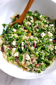 Orzo salad with asparagus and spinach - a quick and healthy salad full of vegetables and flavor. In less than 20 minutes dinner is on the table. Green Valley Kitchen. #pastasalad #healthyrecipe #vegetarianrecipe
