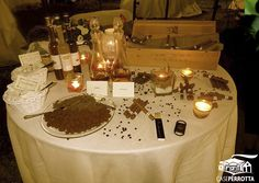 Tavolo dei sigari e del cioccolato per matrimonio serale sul prato