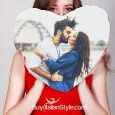 """Una foto che fa da cuscino. Un cuscino che diventa una foto. Ecco un'altra delle romantiche novità realizzate da BuyItalianStyle per stupire tutti gli innamorati. Scegli la foto che più vi rappresenta, caricala nella sezione """"personalizza"""", seleziona la dimensione del tuo """"cuore"""" ed il gioco è fatto. Il cuscino a forma di cuore con la vostra foto è davvero un regalo speciale per coppie ancor più speciali."""