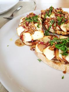 Pears and feta and walnuts Gourmet Recipes, Vegetarian Recipes, Gourmet Foods, Middle Eastern Recipes, Food Presentation, Food Plating, Food Inspiration, Love Food, Food And Drink