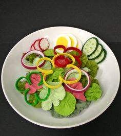 What a delightfully fun felt salad! Love the bell pepper rings and darling little radish slices. #felt #food #crafts #salads #cute #kawaii