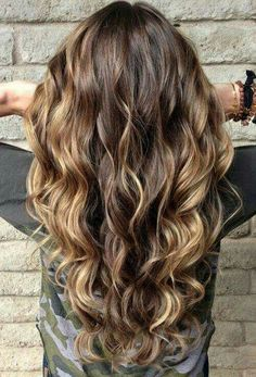 Balayage hair color have become the main course of trend colors. Basically, when we talk about some of the latest fashion for 2017 and the coming era Balayage becomes hair color play a crucial role… Highlights For Dark Brown Hair, Hair Highlights, Brown Blonde, Blonde Hair, Ombre Brown, Subtle Highlights, Brunette Hair, Dark Curly Hair, Long Curly