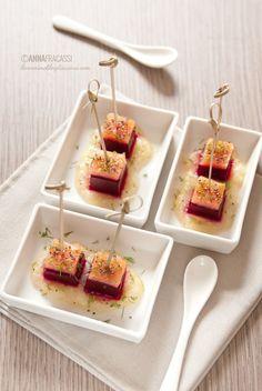 Un finger food ispirato dalla ricetta di un'insalata autunnale nordeuropea: sapori e temperature diverse, per un vero divertissement del palato.