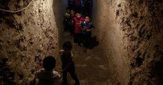 20160708 - Crianças sírias brincam em parque subterrâneo construído para proteger as famílias em casos de bombas na cidade de Erbin, controlada pelos rebeldes. Mais de 280 mil pessoas foram mortas e milhões foram deslocadas de suas casas desde o início do conflito na Síria em março de 2011 Imagem: Sameer Al-Doumy/ AFP