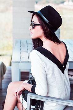 Black&White, Kobieca sukienka z dekoltem na plecach.