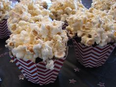 """Gâteau """"bol de popcorn"""" : des cupcakes décorés de glaçage au chocolat surmonté de popcorn à la guimauve."""