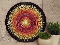 Mandala Sun dipinta interamente a mano, punto per punto. Coperto con 3 strati sottili di vernice sul lavoro da proteggere. Può stare da solo su una mensola o appendere al muro secondo la vostra scelta.
