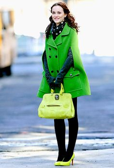 Cold Weather Fashion - Gossip Girl - Blair Waldorf keeping warm in a coat. Gossip Girls, Mode Gossip Girl, Estilo Gossip Girl, Gossip Girl Outfits, Gossip Girl Fashion, Mod Fashion, Fashion Photo, Street Fashion, Fashion Tips