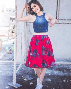 looksly - Patricia Lima com top cropped jeans e saia midi estampada do Verão 2017