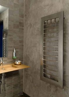 accostamento resina e piastrelle in tono Electric Towel Rail, Designer Radiator, Home Technology, Radiators, Own Home, Bathroom Medicine Cabinet, Chrome, Shabby, Shower