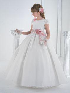 #vestidocomunion Cómo nos gusta que el color le haga tannnn especial!!! En CADENA Moda, de Burlada