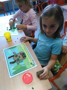 We hebben 2 weken geleerd over de Gruffalo. De Gruffalo is een monster met heel bijzondere kenmerken. We leerden een liedje over de Gruffalo: Ik heb een grote vriend, die ik kan vertrouwen. Z'n... Gruffalo Activities, Gruffalo Party, Playdough Activities, The Gruffalo, English Activities, Activities For Kids, Activity Room, Camping Theme, Tot School