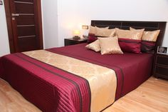 Prehoz na manželskú posteľ bordovo zlatej farby s hnedými pruhmi