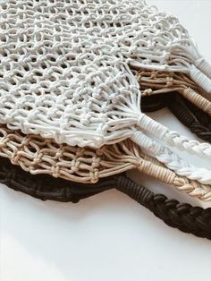 Chinese tutorial is similar to this picture. Macrame Purse, Macrame Plant Hangers, Macrame Knots, Macrame Projects, Crochet Projects, Macrame Chairs, Dream Catcher Craft, Net Bag, Macrame Design