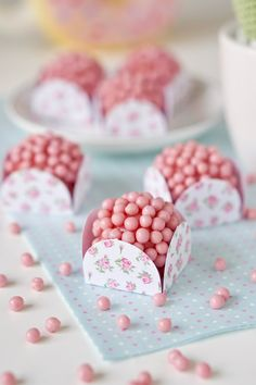 Brigadeiro de morango | Flamboesa Birthday Party Snacks, Cute Snacks, Cute Food, Diy Gift Bags Paper, Brigadeiro Recipe, Mini Cakes, Candy Colors, Yummy Cakes, Sweet Treats