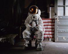 """La série """"Astronaut Suicide"""" du photographe Neil DaCosta fait écho a la fin du programme spatial des Etats Unis. Dans cette série il dépeint des astronautes en dépression."""