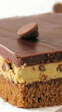 Chocolate Chip Cookie Dough Brownies ~ soft brownies topped with cookie dough and fudge No Bake Desserts, Easy Desserts, Delicious Desserts, Dessert Recipes, Yummy Food, Cookie Dough Brownies, Chocolate Chip Cookie Dough, Cookie Bars, Dessert Bread