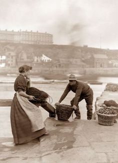 ⛵⊱Women ⚓ of salt air⊰⛵ Frank Sutcliffe Photography - Whitby Fisher People Antique Photos, Vintage Pictures, Old Pictures, Old Photos, Vintage Images, Susan Sontag, Victorian Life, Seaside Towns, British History