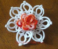 Tempo fa avevo realizzato una spilla  a forma di rosa.     Sul sito Be-stitched ho trovato un fiore di magnolia, è un modello di  Nancy Trac...