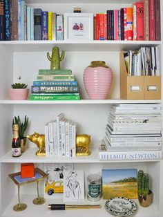 The ultimate Shelfie complete with cactus, pink and gold vase, gold pig bookends. - Bookshelf Decor - Smokey Eye Make Up - Golden Necklake - DIY Hairstyles Long - DIY Interior Design Styling Bookshelves, Bookshelves In Bedroom, Decorating Bookshelves, Bookshelf Design, Bookcases, Interior Design Living Room Warm, Diy Interior, Bookshelf Organization, Organize Bookshelf