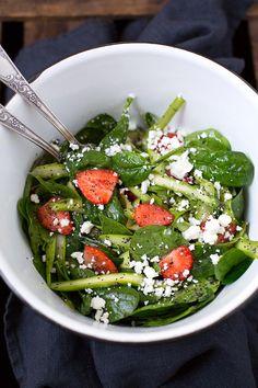 Asparagus and strawberry salad with feta Asparagus Fries, Asparagus Salad, Caprese Pasta Salad, Feta Salat, Spring Salad, Seaweed Salad, Diy Food, Salad Recipes, Food And Drink