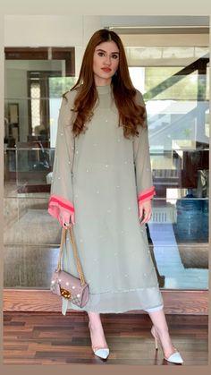 Beautiful Pakistani Dresses, Pakistani Formal Dresses, Pakistani Fashion Party Wear, Pakistani Dress Design, Pakistani Outfits, Pakistani Long Kurtis, Kurti Pakistani, Fancy Dress Design, Bridal Dress Design