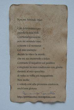 """Poesia """"Non mi Arrendo Mai!"""" su foglio bagnato nel te, fatto asciugare e poi bruciato ai bordi. Pagina facebook: Cadò  Sito: http://poesiaeoltre.wordpress.com. #poesia, #non, #mi, #arrendo, #mai, #te, #foglio, #bordi, #antichizzato."""