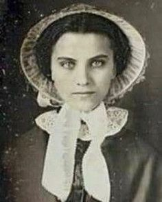 Remarkably pretty w/ such sultry eyes! Victorian Photos, Antique Photos, Vintage Pictures, Vintage Photographs, Old Pictures, Vintage Images, Old Photos, Time Pictures, Victorian Photography