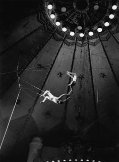 night circus Repetition, from Trapeze, 1956 Carol Reed film photo by Raymond Voinquel Ballet Vintage, Cirque Vintage, Circus Aesthetic, Carol Reed, Circus Acts, Dark Circus, Night Circus, The Greatest Showman, Circus Theme
