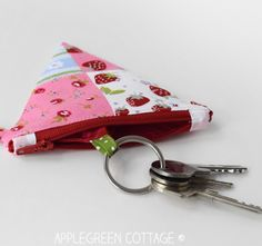 How to make a key pouch from a coin purse. How to turn any coin purse into a key pouch using this easy sewing tip. Easy sewing project and a great diy gift. Easy Sewing Projects, Sewing Hacks, Sewing Ideas, Sewing Tutorials, Bag Patterns To Sew, Sewing Patterns Free, Coin Purse Pattern, Diy Gifts To Make, Key Pouch