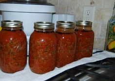 Bottled Spaghetti Sauce The project for today was home canned spaghetti sauce. I have done this for the past few years but haven't been too thrilled with any of the… Canned Spaghetti Sauce, Homemade Spaghetti, Canning Tomatoes, Garden Tomatoes, Canning Food Preservation, Canning Pickles, Dehydrator Recipes, Canning Recipes, Vegan