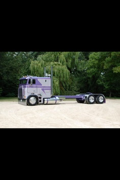 that is one nice cabover Freightliner