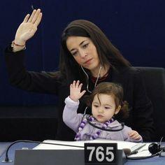 Vittoria Ronzulli le bébé qui grandit au parlement européen - Apparemment une membre du parti de Berlusconi mais l'image est forte.