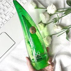 Univerzálny gél s 99% organickým Aloe Vera s mnohostranným využitím 🌿 Gél môžete aplikovať na tvár, telo a aj vlasy 💕 Ľahká vodová textúra gélu sa rýchlo vstrebáva do pokožky a poskytuje jej hlbokú hydratáciu, skludňuje ju, tonizuje a osviežuje. Výtažok z aloe vera pleť hydratuje a súčasne vypína, reguluje metaboliumus kožných tkanív, stimuluje regeneráciu buniek, zmierňuje podráždenie, čistí póry, napomáha odstráneniu odumretých buniek a súčasne zvláčňuje pokožku, ktorú tak zanecháva… Aloe Vera, Coconut Water, Energy Drinks, Red Bull, Ale, Beverages, Canning, Agua De Coco, Ale Beer