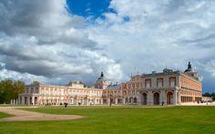 Aranjuez (Madrid)   Aranjuez, Real Sitio y Villa, célebre por su singular palacio, poseedor de uno de los jardines más bellos de España, y por sus fresas y espárragos, faltaría.  https://www.facebook.com/holidaysinspaincom