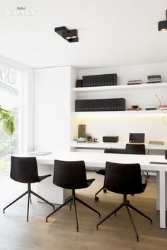 Simple elegant black & white home office space in Oscar V - photo: Sarah Van Hove