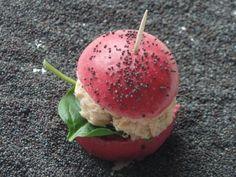 Minis burgers au saumon: Buns rose à la betterave et rillettes aux deux saumons Mini Burgers, Foie Gras, Caramel Apples, Appetizers, Rose, Ethnic Recipes, Desserts, Pains, Ramadan