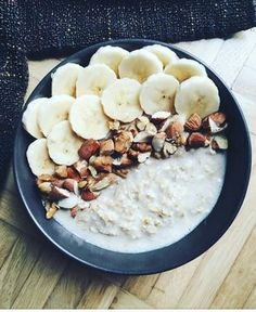 Banana split  Ingredientes:  Semillas de chía Pasas Miel Avena Banana