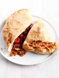 dubbelgeslagen pizza met bolognese-vulling   ZTRDG magazine