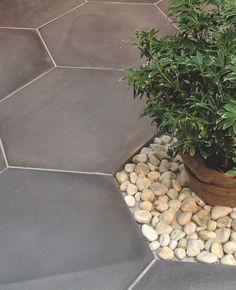 """Dalle """"Exago"""" en pierre reconstituée, avec aspect lisse et patiné. Se décline en deux teintes: """"Dark"""" et """"Kream"""". 69 euros le m2, Marlux."""